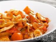 Рецепта Яхния от пиле, бамя, червени чушки, праз лук, чесън и домати от консерва в тенджера